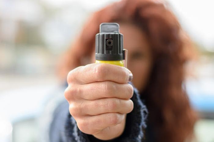Bình xịt hơi cay là một trong những thiết bị tự vệ hữu ích